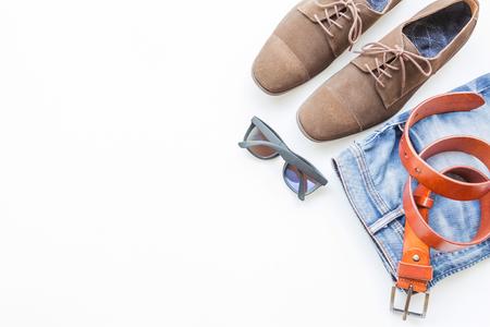 Mode- und Schönheitskonzept mit Ausstattungen und Zubehör der zufälligen Kleidung der Männer auf weißem Hintergrund Standard-Bild - 86363827