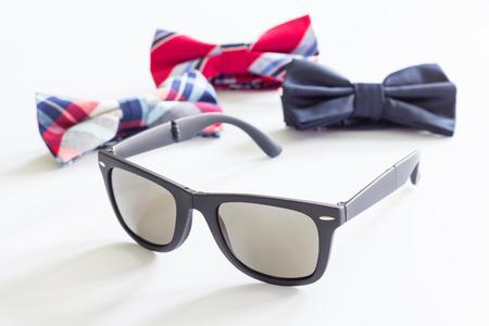 Bowtie und Sonnenbrille auf weißem Hintergrund, selektivem Fokus, Schönheit und Modekonzept Standard-Bild - 86585889