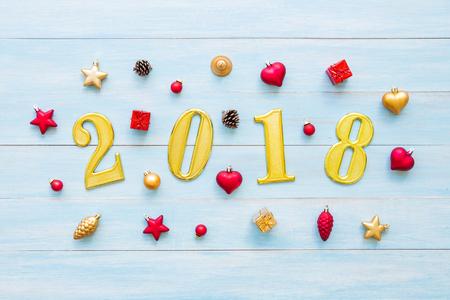 Weihnachten und guten Rutsch ins Neue Jahr Feiertage mit Dekorationselementen auf blauem rustikalem hölzernem Hintergrund Standard-Bild - 91314484