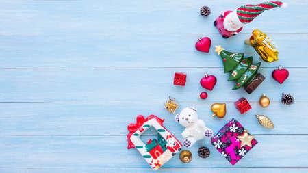 Weihnachten und guten Rutsch ins Neue Jahr Feiertage mit Dekorationselementen auf blauem rustikalem hölzernem Hintergrund Standard-Bild - 91689849