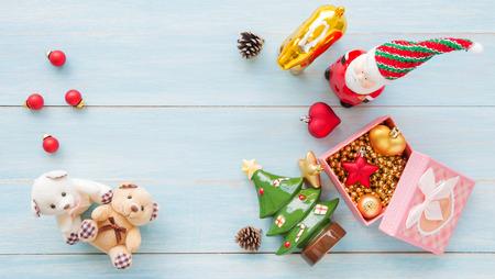 Weihnachts- und guten Rutsch ins Neue Jahr-Feiertage mit Dekorationseinzelteilen auf blauem rustikalem hölzernem Hintergrund Standard-Bild - 91314485