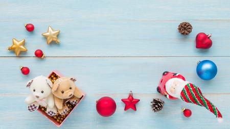Weihnachten und guten Rutsch ins Neue Jahr Feiertage mit Dekorationselementen auf blauem rustikalem hölzernem Hintergrund Standard-Bild - 91271215