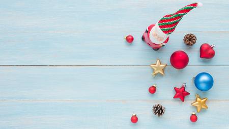 Weihnachts- und guten Rutsch ins Neue Jahr-Feiertage mit Dekorationseinzelteilen auf blauem rustikalem hölzernem Hintergrund Standard-Bild - 91697456