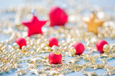 Weihnachts- und guten Rutsch ins Neue Jahr-Feiertagshintergrund mit Dekorationsartikeln, selektiver Fokus Standard-Bild - 91697457