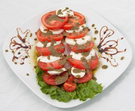 sause: Sliced tomato decorated with sause