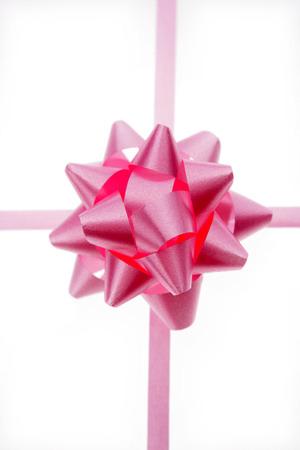 lazo rosa: Pink proa y la cinta aislados en fondo blanco