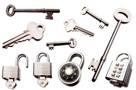 key to freedom: Llaves y candados aisladas sobre fondo blanco