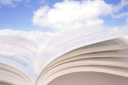 leer biblia: Libro abierto en el cielo azul