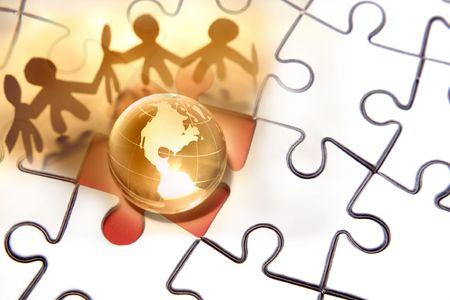 work together: Team samen te werken rond de wereld op de puzzel. Stockfoto
