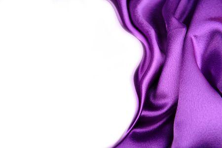Tejido de seda sobre fondo blanco. Copiar el espacio