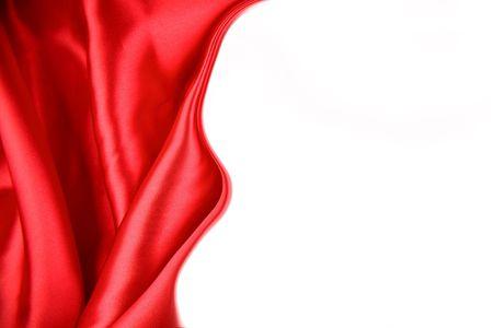 Tejido de seda roja sobre fondo blanco. Copiar el espacio