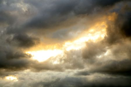 uğursuz: Gap in dark ominous clouds. Dramatic sky.