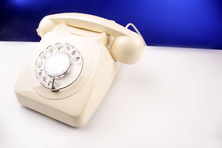 rotary dial telephone: Tel�fono rotativo en la parte superior de la tabla