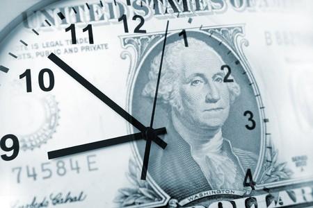 flujo de dinero: Reloj y billetes. El tiempo es el concepto de dinero  Foto de archivo