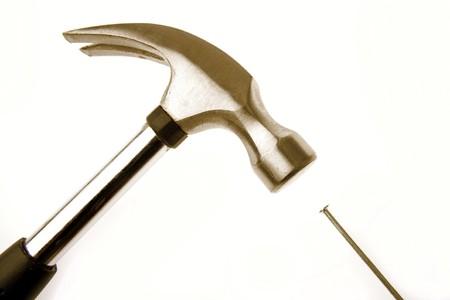 the hammer: Martillo y clavos sobre fondo liso  Foto de archivo