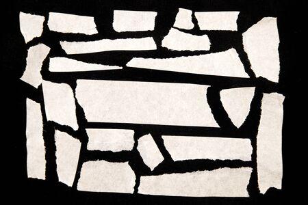 Zerrissenen Papierstückchen auf schwarz