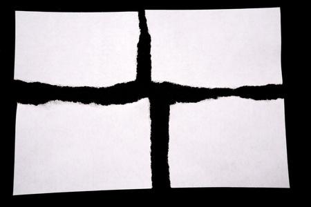 ferraille: Papier d�chir� de blanc sur fond noir   Banque d'images
