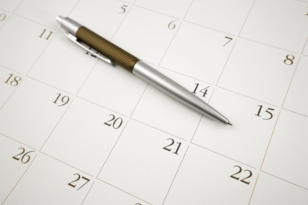 horarios: Bol�grafo en la p�gina de calendario   Foto de archivo