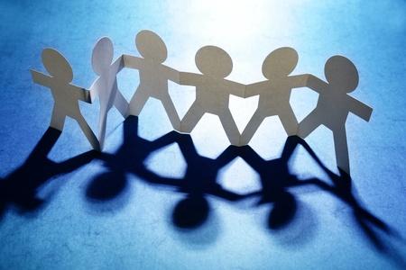 Groupe de gens tenant la main