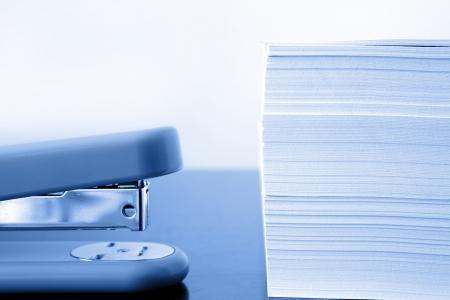 agrafeuse: Agrafeuse � c�t� de tas de papiers