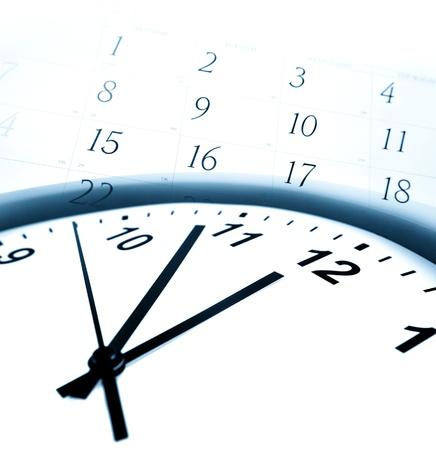 puntualidad: La cara de reloj y los n�meros del calendario Foto de archivo