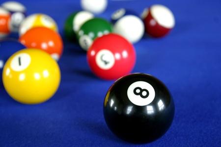 bola de billar: Bolas de billar en la mesa de billar azul