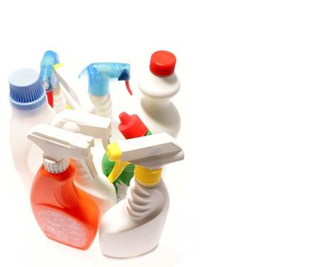 cleaners: Reinigen van flessen geïsoleerd over effen achtergrond