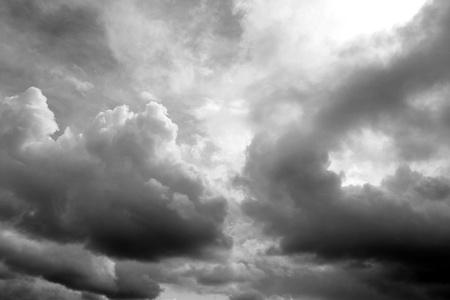 Dunkle Wolken bedrohlich. Dramatische Himmel Standard-Bild