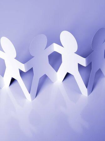 manos unidas: La gente de la cadena de papel cogidos de la mano