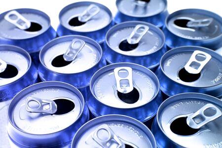 lata de refresco: Abrir las latas de aluminio beber primer plano