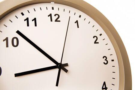 reloj pared: Primer plano de las manos en la cara del reloj