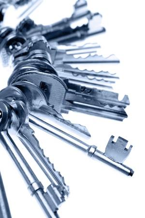 Klucze: Pęk kluczy na prostym tle Zdjęcie Seryjne