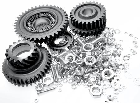pernos: Engranajes de acero, tornillos y tuercas en fondo liso