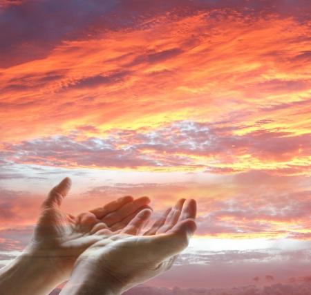 Mains atteignant pour le ciel
