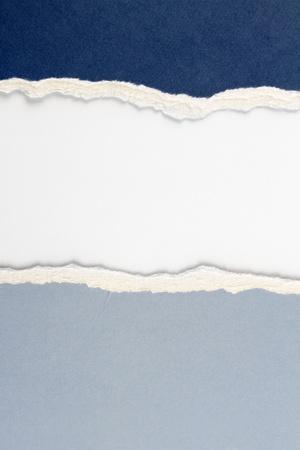 lacrime: Hole strappato in carta blu su sfondo copia spazio bianco