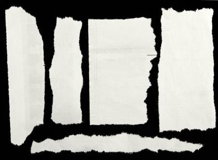 clippings: Trozos de papel en negro