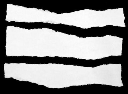 Los trozos de papel sobre un fondo negro