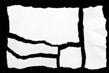 gescheurd papier: Stukken van gescheurd papier op zwart Stockfoto