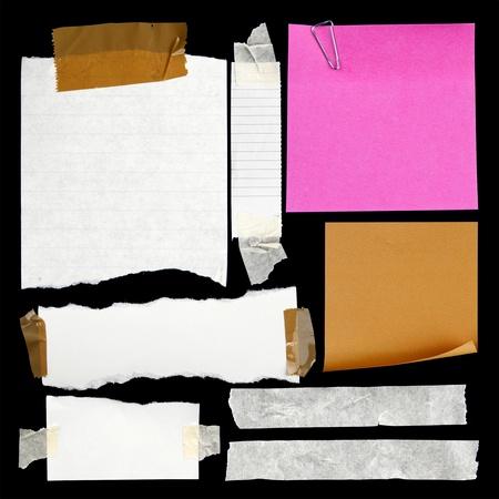 ferraille: Des morceaux de papier d�chir� et du ruban adh�sif sur le noir