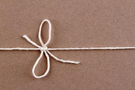 motouz: Vázaný uzel na hnědé pozemku