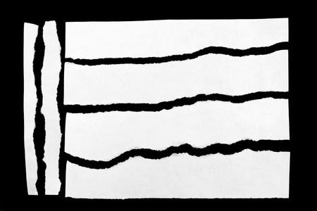 gescheurd papier: Gescheurde stukjes papier op zwarte achtergrond