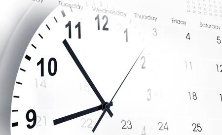 gestion del tiempo: Reloj de la cara y el calendario de la página Foto de archivo