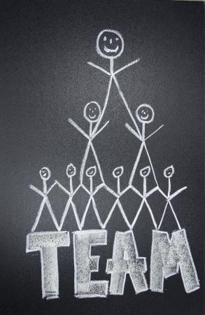 cooperativismo: La gente del equipo dibujados con tiza en la pizarra