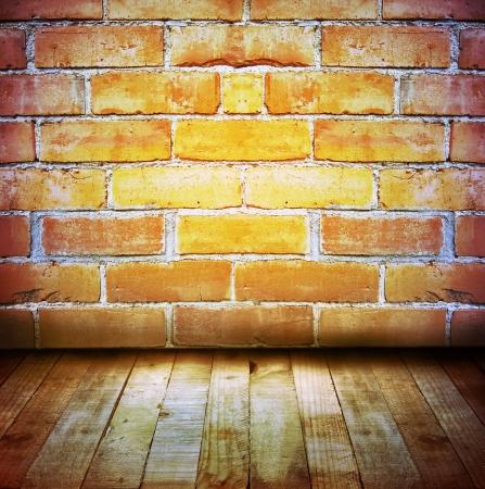 floorboards: Suelos de madera y paredes de ladrillo
