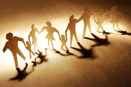 manos unidas: Las familias de la mano sobre fondo marrón