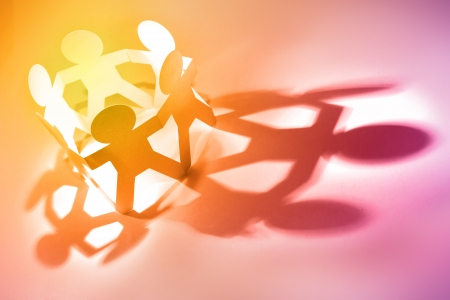 zusammenarbeit: Gruppe von Menschen Hand in Hand im Kreis