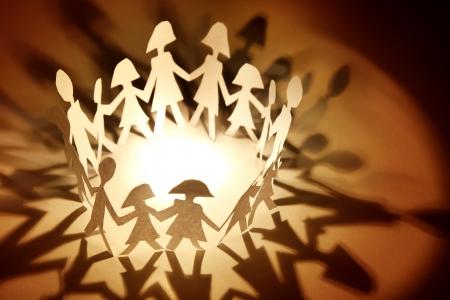 familia unida: Grupo de personas de la mano en un c�rculo
