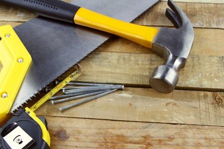 renovation de maison: Outils de travail assortis sur une terrasse en bois