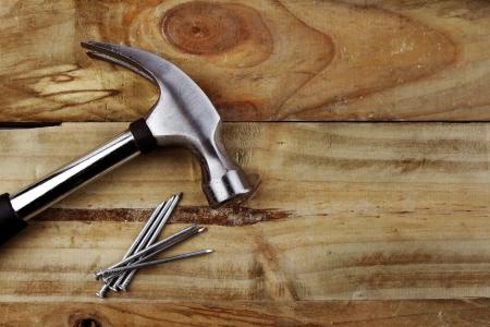 Hamer en spijkers op hout