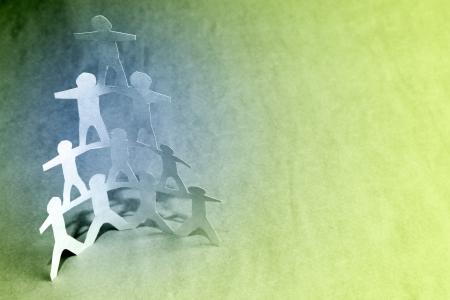 piramide humana: Pirámide de equipo humano en el fondo de color. Copie el espacio